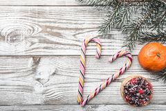 Fond en bois blanc Carte d'hiver Oranges Vert de branche de sapin Gâteau de fruit L'espace pour marquer avec des lettres pendant  Image stock