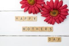 Fond en bois blanc de mère-jour heureux avec le chrysanthème rouge f Photos libres de droits