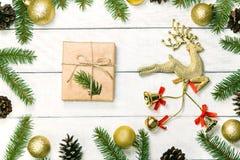 Fond en bois blanc de Noël La frontière a décoré des branches de sapin Photos stock