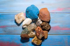 Fond en bois bleu avec des pierres de différentes couleurs et textures photo libre de droits