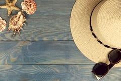 Fond en bois bleu Chapeau et lunettes de soleil jaunes droits photographie stock