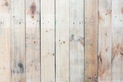 Fond en bois brun grunge de mur avec des noeuds et des trous de clou Photos libres de droits