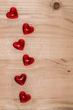Fond en bois clair romantique avec les coeurs en verre Image stock
