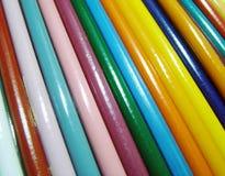 Fond en bois coloré de crayons Photos stock