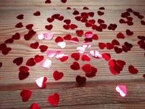 Fond en bois d'amour de jour du ` s de valentine de confettis de coeurs Images libres de droits