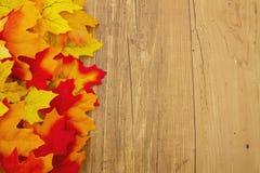 Fond en bois d'Autumn Leaves et de temps Image stock