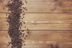 Fond en bois de Brown avec des grains de café Photographie stock