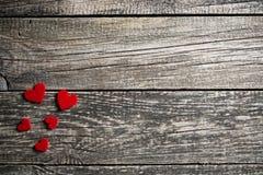 Fond en bois de Brown avec les coeurs rouges Photos libres de droits