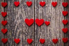 Fond en bois de Brown avec les coeurs rouges Photographie stock
