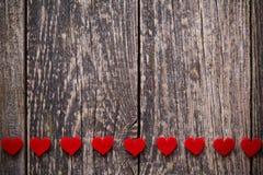Fond en bois de Brown avec les coeurs rouges Image libre de droits