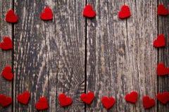 Fond en bois de Brown avec les coeurs rouges Image stock