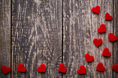 Fond en bois de Brown avec les coeurs rouges Photo stock