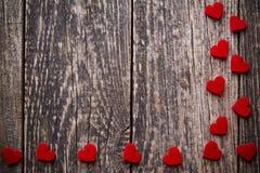 Fond en bois de Brown avec les coeurs rouges Photos stock