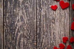 Fond en bois de Brown avec les coeurs rouges Images stock