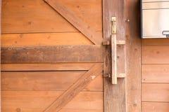 Fond en bois de brun de porte de mur de salle d'entreposage Image libre de droits