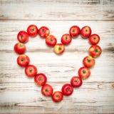 Fond en bois de coeur rouge de pommes Vintage de concept d'amour Photographie stock