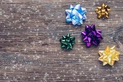 Fond en bois de fête avec les arcs colorés pour des cadeaux Photographie stock