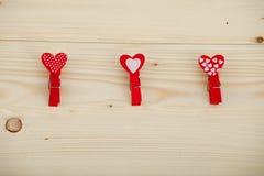 Fond en bois de jour de valentines de texture de coeurs rouges Images stock