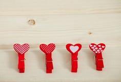 Fond en bois de jour de valentines de texture de coeurs rouges Photographie stock