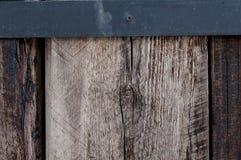Fond en bois de mur avec la frontière en métal Photos libres de droits