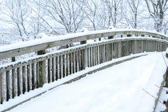Fond en bois de neige de pont l'hiver Images stock