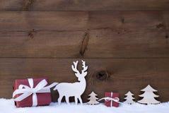 Fond en bois de Noël avec des arbres de cadeaux de neige Photos libres de droits