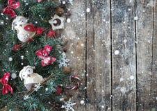 Fond en bois de Noël avec des branches d'arbre de Noël et décorations de Noël avec la neige Conception de Noël image libre de droits