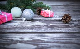 Fond en bois de Noël avec l'arbre de sapin, boîtes de cadeaux, cônes de pin et boules de Noël, vue avec l'espace de copie Photo stock