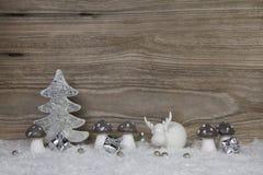 Fond en bois de Noël avec la décoration dans le blanc, argent et photos stock