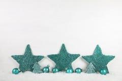Fond en bois de Noël blanc avec les étoiles vertes en bon état Photographie stock libre de droits