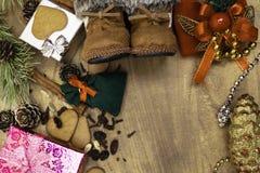 Fond en bois de Noël, bottes de Santa, pains d'épice, raisins secs, gingembre, cardamome, clous de girofle, cadeaux décoratifs de photo libre de droits