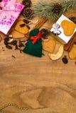 Fond en bois de Noël Les pains d'épice de Noël, raisins secs, gingembre, cardamome, clous de girofle, cadeaux décoratifs de pain  photo libre de droits