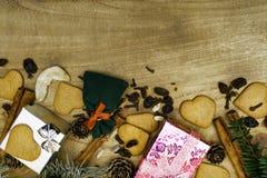 Fond en bois de Noël Les pains d'épice de Noël, raisins secs, gingembre, cardamome, clous de girofle, cadeaux décoratifs de pain  image stock