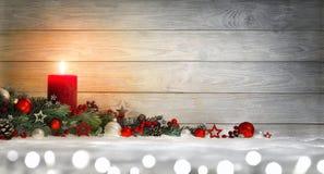 Fond en bois de Noël ou d'avènement avec une bougie image stock