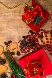 Fond en bois de Noël Pains d'épice de Noël, raisins secs, gingembre, cardamome, clous de girofle, cadeaux décoratifs de pain d'ép photos libres de droits