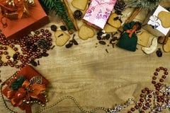 Fond en bois de Noël Pains d'épice de Noël, raisins secs, gingembre, cardamome, clous de girofle, cadeaux décoratifs de pain d'ép image stock