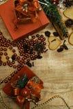 Fond en bois de Noël Pains d'épice de Noël, raisins secs, gingembre, cardamome, clous de girofle, cadeaux décoratifs de pain d'ép photo libre de droits