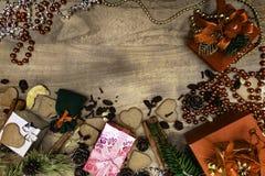 Fond en bois de Noël Pains d'épice de Noël, raisins secs, gingembre, cardamome, clous de girofle, cadeaux décoratifs de pain d'ép photo stock