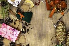 Fond en bois de Noël Pains d'épice de Noël, raisins secs, gingembre, cardamome, clous de girofle, cadeaux décoratifs de pain d'ép image libre de droits