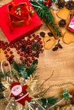 Fond en bois de Noël, Santa, pains d'épice, raisins secs, gingembre, cardamome, guirlandes décoratives de cadeaux de pain d'épice images libres de droits