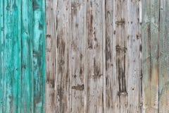 Fond en bois de palissade Fermez-vous vieille de la texture en bois grise et verte de panneaux de barrière photos libres de droits