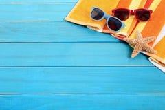 Fond en bois de plate-forme de plage bleue, lunettes de soleil, l'espace de copie Photographie stock