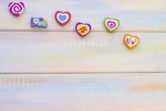 Fond en bois de St Valentine avec des coeurs de sucrerie Image libre de droits