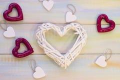 Fond en bois de St Valentine avec le coeur tissé Images stock