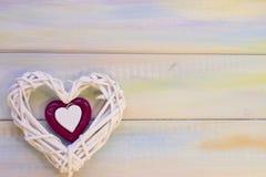 Fond en bois de St Valentine avec le coeur tissé Photo libre de droits