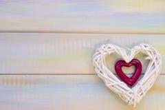 Fond en bois de St Valentine avec le coeur tissé Photo stock