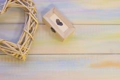 Fond en bois de St Valentine avec le coeur tissé Image libre de droits