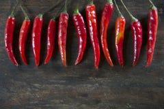 Fond en bois de tabel de pepperson d'un rouge ardent de piments Photo stock