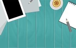 Fond en bois de table avec le carnet p de blocs-notes de papier de turquoise Photo stock
