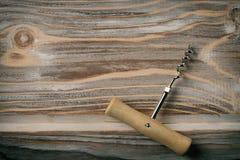 Fond en bois de table d'openeron de bouteille images libres de droits